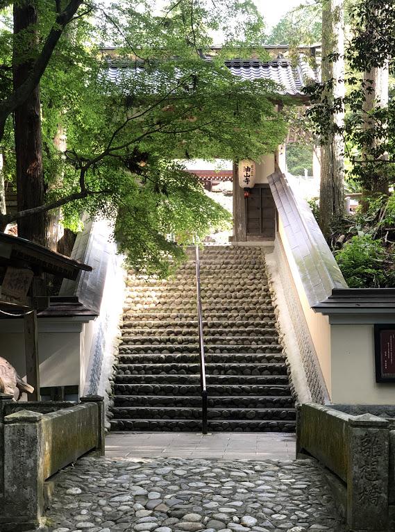 新緑の礼拝門